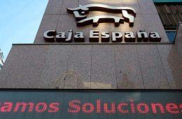 PANTALLAS PUBLICITARIAS EN LA FACHADA DE LA OFICINA DE CAJA ESPAÑA